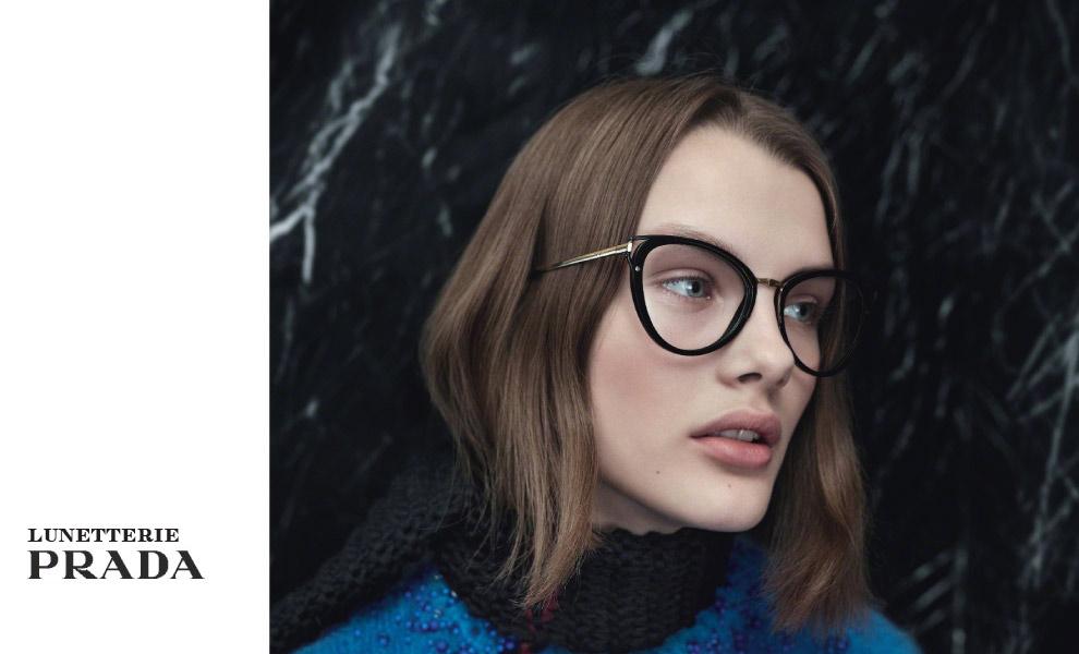 Femme portant des lunettesPrada