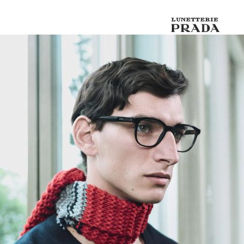 Homme portant des lunettes Linea Rossa de Prada